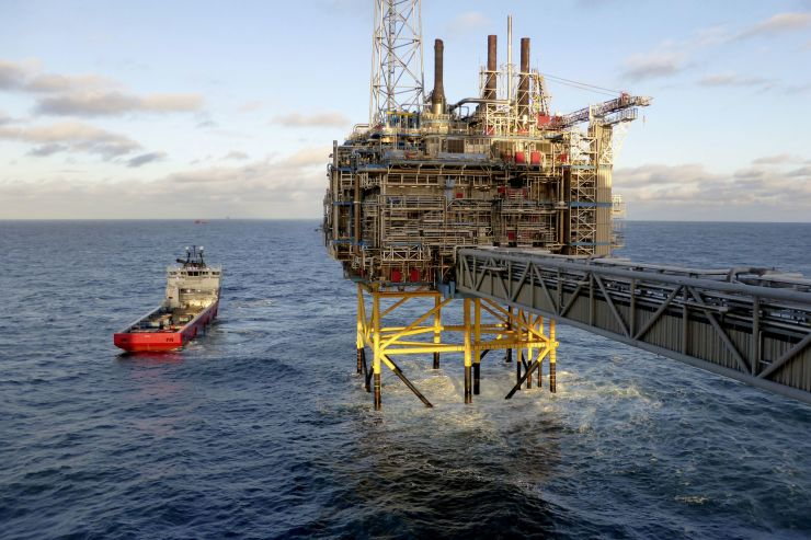 Oil mixed as trade fears weigh despite tight supply